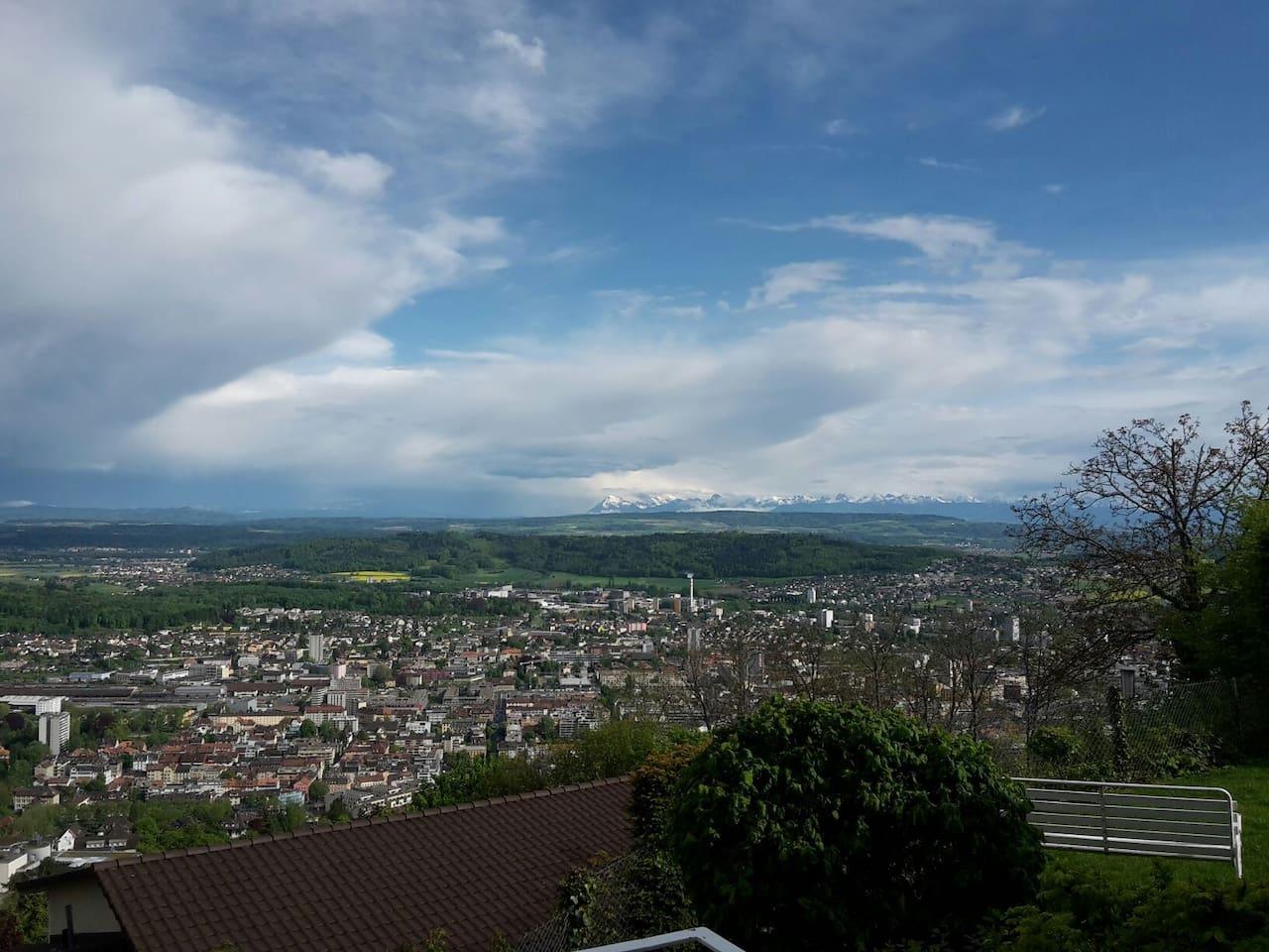 Aussicht von der Wohnung über die Stadt Biel zu den Alpen