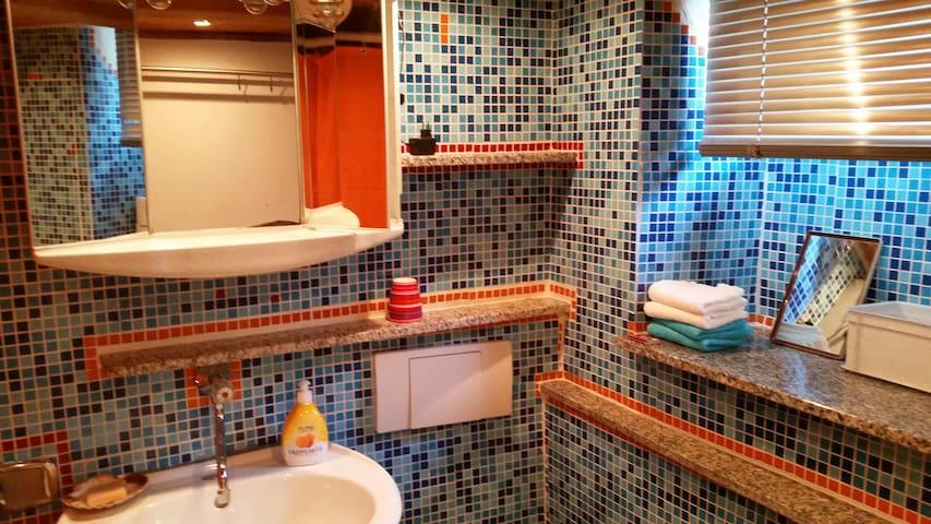 Kleines Bad mit Waschbecken, Dusche, Toilette