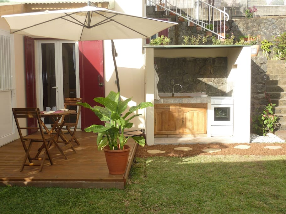 cuisine extérieure, entrée du bungalow avec terrasse