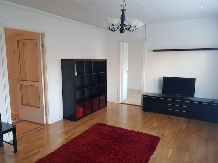 Cozy flat 15min by bus to the city. Next to a mall