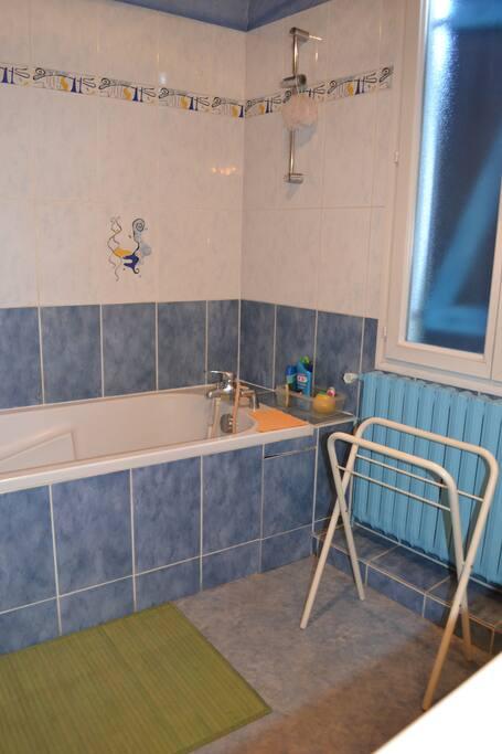 Salle de bain commune. Vue de gauche. Etage