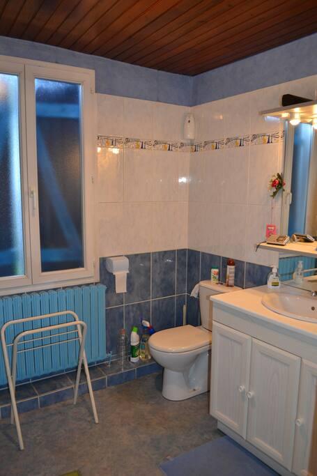 Salle de bain commune. Vue de droite. Etage