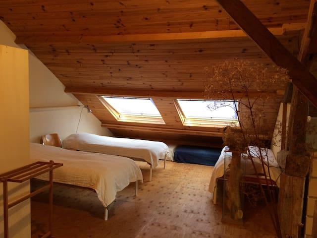 Slaapzolder met één van de slaaphoeken. De bedden zijn te transformeren in een 2-persoonsbed. Graag even van te voren melden dan leggen we er een groot dekmatras op.