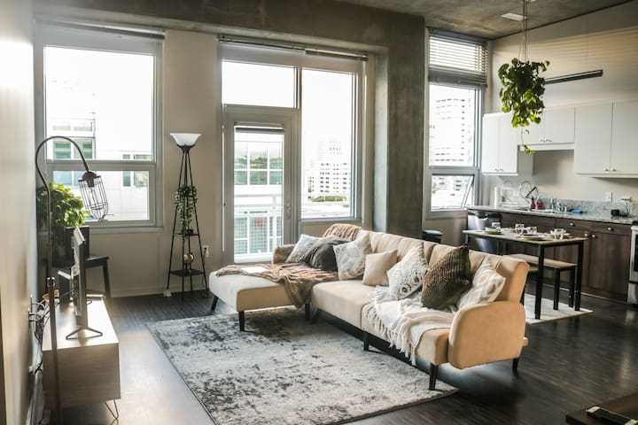 2-Bed Downtown apt Near Convention Center w/ views