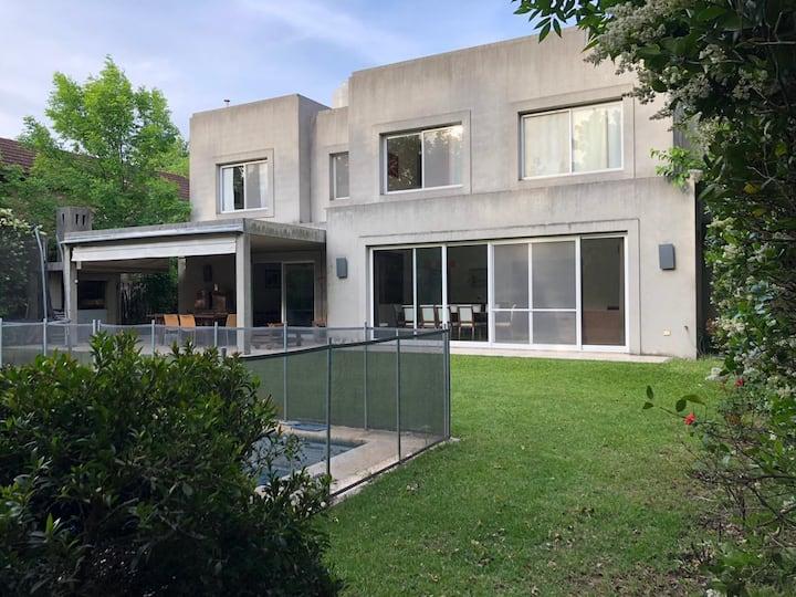 Excelente casa en barrio privado, pileta y parque
