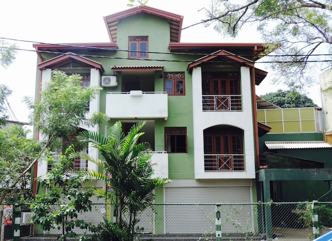 Clean place for short term living with easy access - Maharagama - Appartement