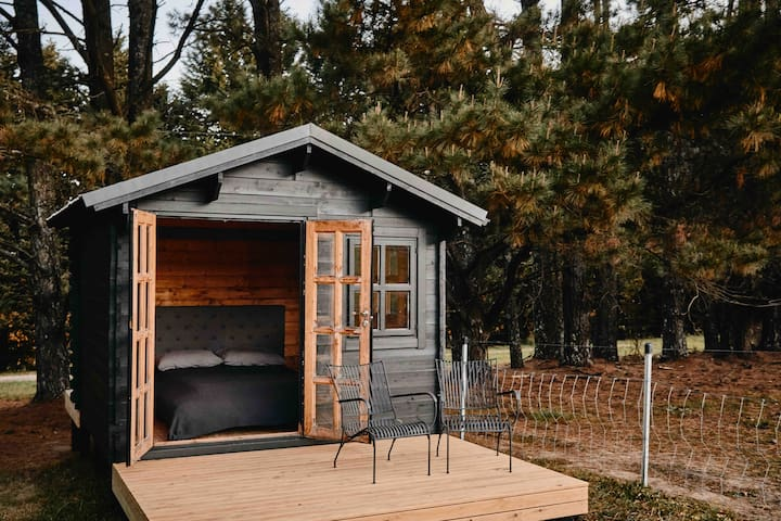 CABIN —  you get the cabin as part of your stay experience when booking for 15 or more people. Just let us know before you book. It has a queen bed but no toilet  (toilet & shower is in the main house). Please note — It is a 40m walk from the house.
