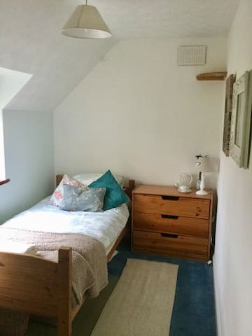 Cosy single room in town location