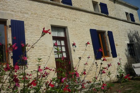 Charentaise style house with hot tub - Les Églises-d'Argenteuil - Дом