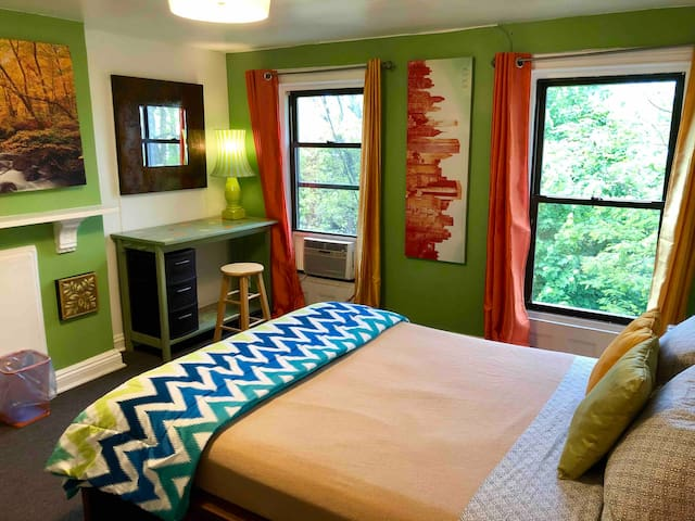 Private Autumn Room in Brownstone Near Subway