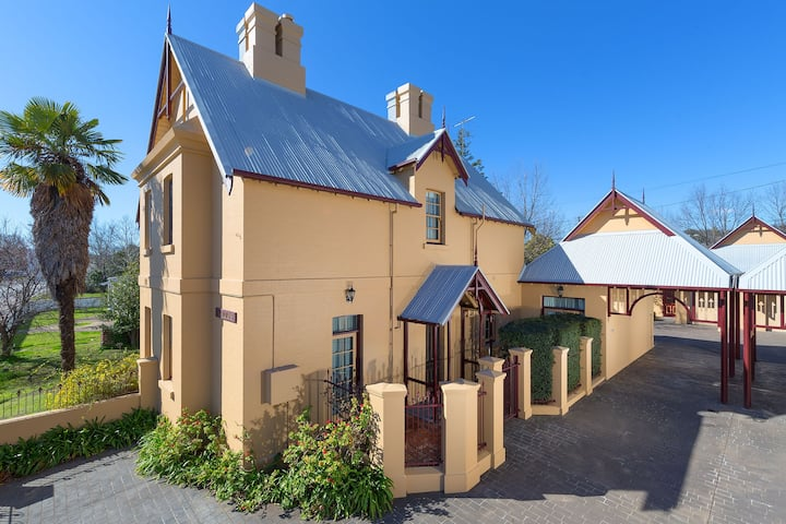 CBD Albury  536 Young St Historic Cottage