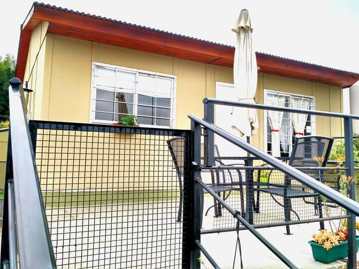 Cabaña hasta cinco personas, con terraza propia.