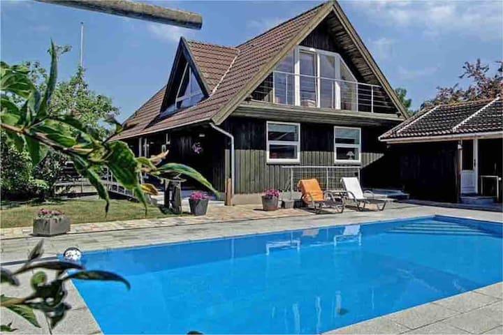 Skøn studiolejlighed i en villa, adgang til pool