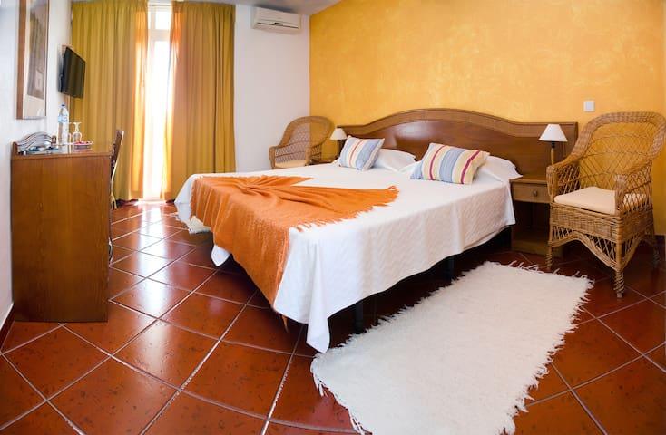 Quarto twin com duas camas individuais todos os quartos têm casa de banho privativa com aquecimento central, ar-condicionado, televisão plasma, frigorífico, varanda privativa com vista para o jardim.