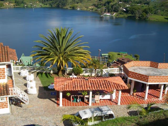 Large house w/ lake views & WiFi - Guatapé, el Peñol - Hus