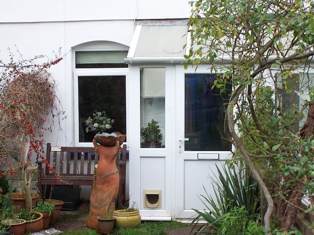 Cosy art-filled cottage in friendly coastal town.