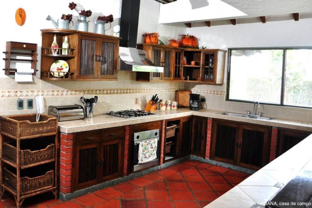 cocina  principal  de la casa con r dotación completa