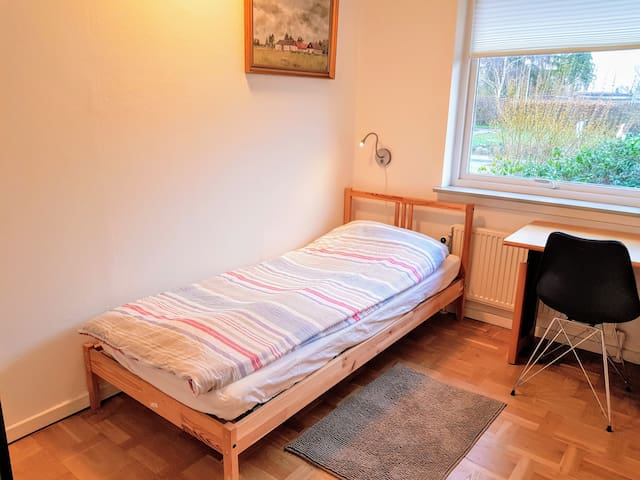 Nice room in a quiet house for 1 w. free Wifi