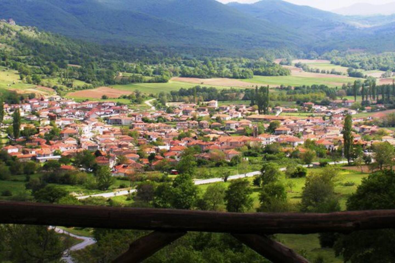 Το Σκλήθρο είναι ένα μικρό γραφικό χωριό χτισμένο στους πρόποδες των ορεινών όγκων του Βιτσίου, σε μια μικρή κοιλάδα όπου ενώνονται 3 ποταμοί. Βρίσκεται στη ΝΔ πλευρά του Ν. Φλώρινας, μόλις λίγα χλμ. απ' το Αμύνταιο και το Νυμφαίο.