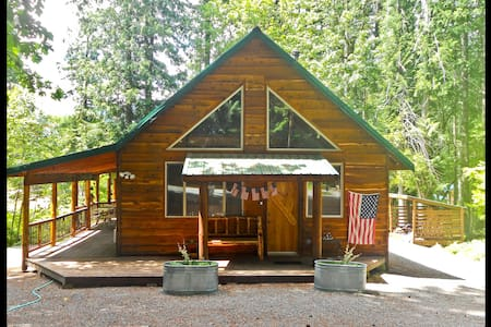 Pine Lodge *Sleeps 14 * H.T. & WIFI - Packwood - Cabin