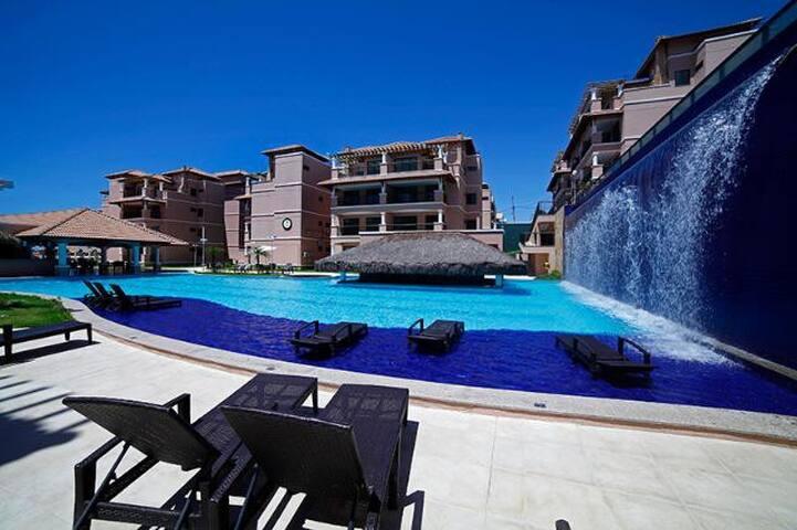 Piscina principal, restaurante e bar molhado / Main pool, restaurant & wet bar