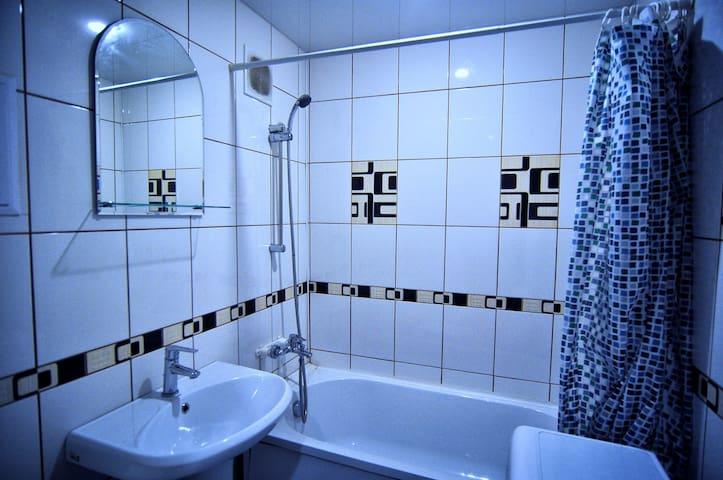 2-х комнатные апартаменты в центре Нефтяников - Omsk - Apartment