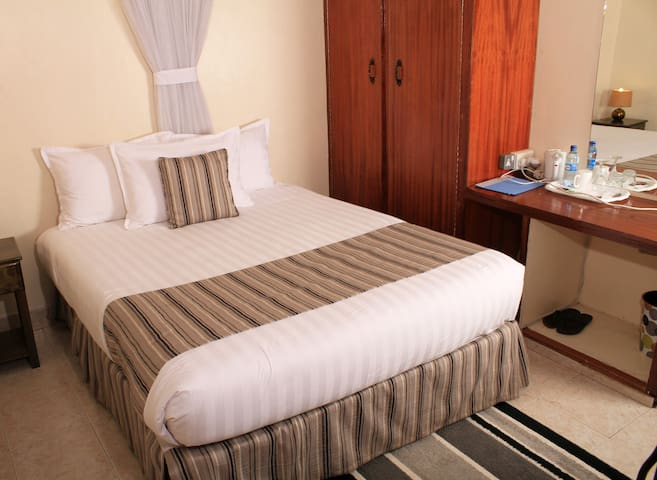 Magnolia Pine - Daisy Room - Kileleshwa - Bed & Breakfast
