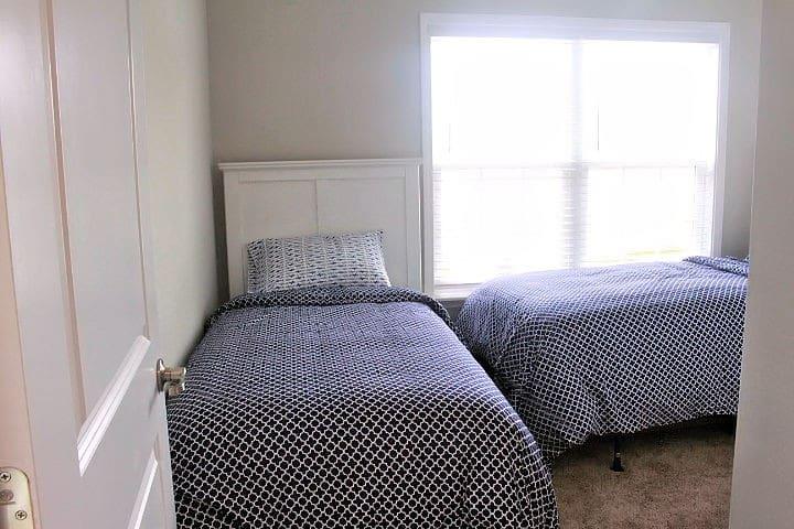 Bedroom 3 Twin Beds w/ smart TV, sliding door closet