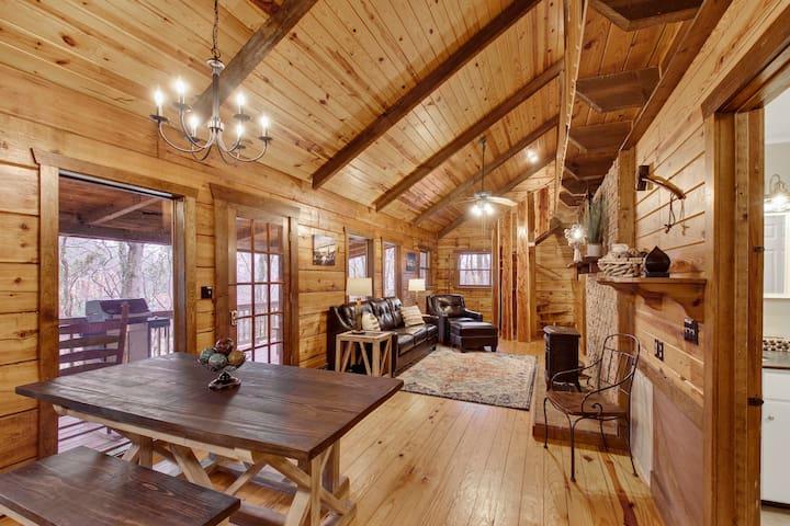 Log cabin 10 min to city, hottub, pond, swim, pets