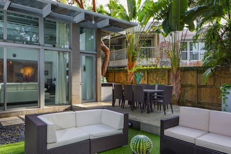 Miami Regatta House - Perfect for social distancing & working from home. Private Pool & Courtyard, Pet Friendly. Comes with 1-1 Guest house. Super-host support.