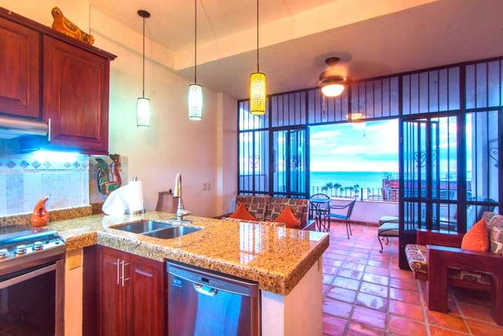 ★OCEANVIEW private balcony★Fireworks★SUNSETS★beach