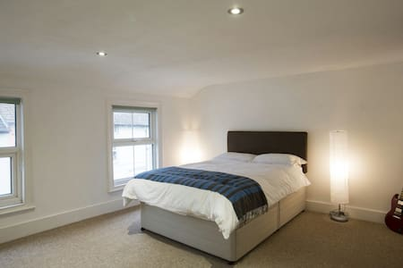 Large double bedroom in Folkestone. - 福克斯通(Folkestone) - 独立屋