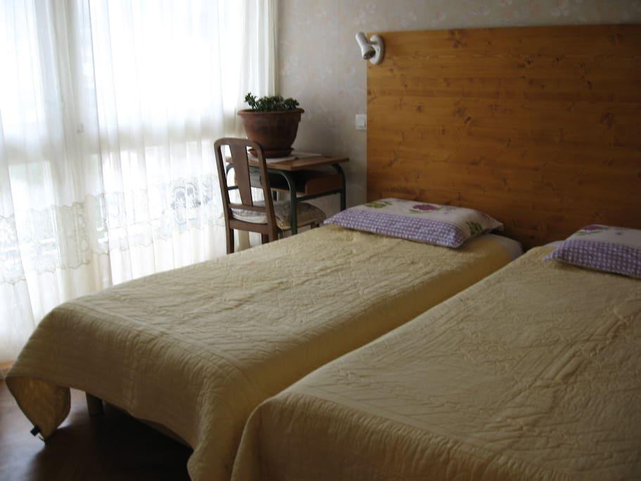 Chambre 2 lits 90 . Très claire avec petit balcon