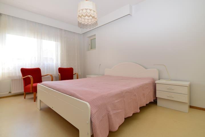 Makuuhuoneen parisängyssä on hyvät patjat ja vuode on valmiiksi pedattu kahdelle!  Huoneessa on pimennysverho ja kaapeissa tilaa vaatteille.