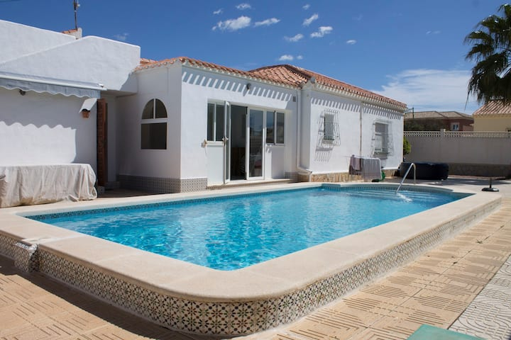 Villa ,parking,  piscine privée chaufféé,