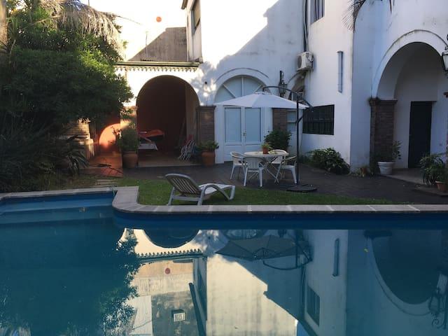 Dpto grande mono ambiente en Casa con piscina