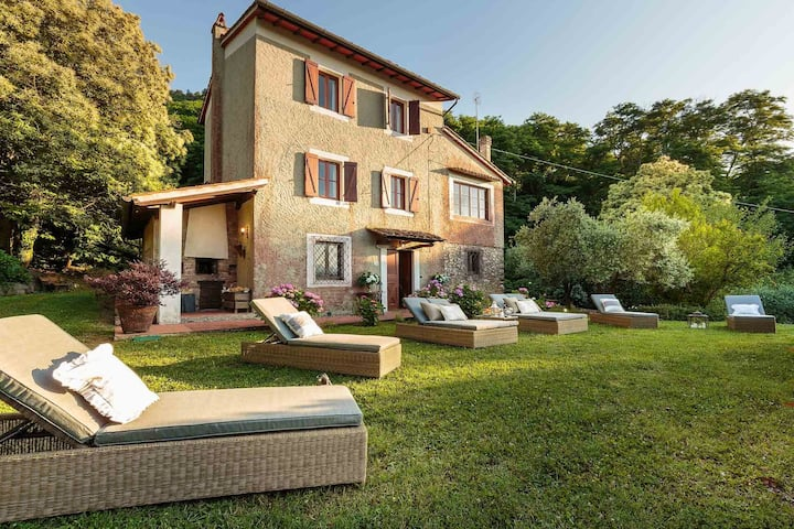 BOCCIOLO FARMHOUSE with POOL, 5 mins to Lucca Town