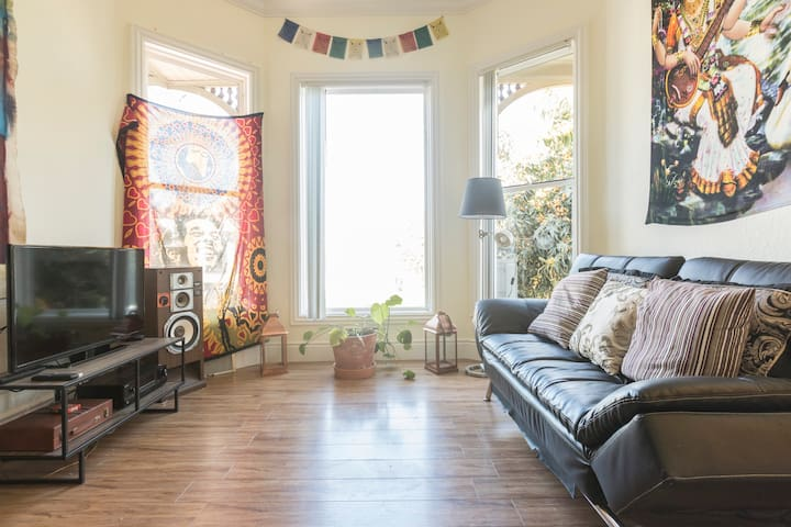 Colorful living room near downtown Oakland - Oakland - House