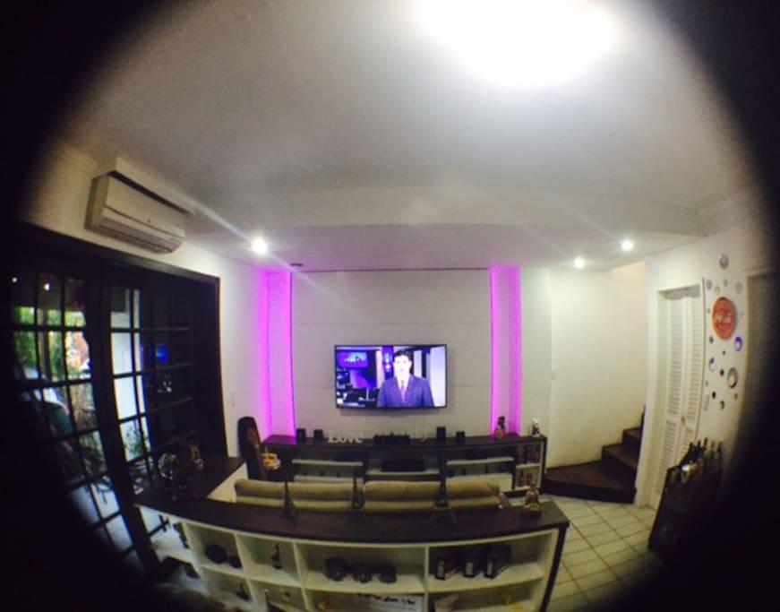 sala de estar com sofa retrátil, tv 50`` ar condicionado, tv a cabo pacote master da net - wifi
