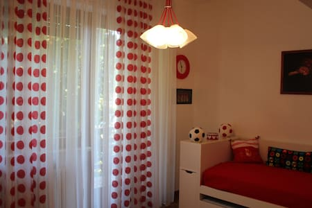 Red room in Villa Sbatella. - Pedaso