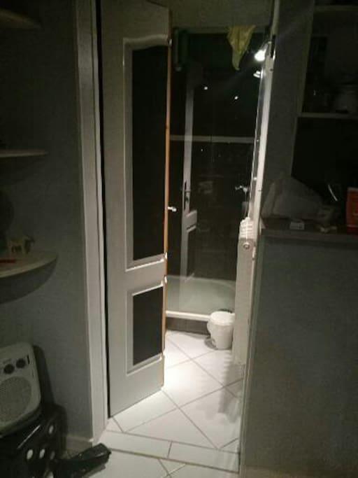 Salle de bain sans lavabo mais possède une grande douche 120*90