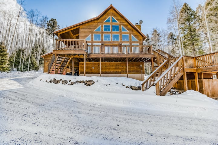 Dog-Friendly Lodge w/ Gorgeous Mountain View, Private Hot Tub, W/D & Large Deck!