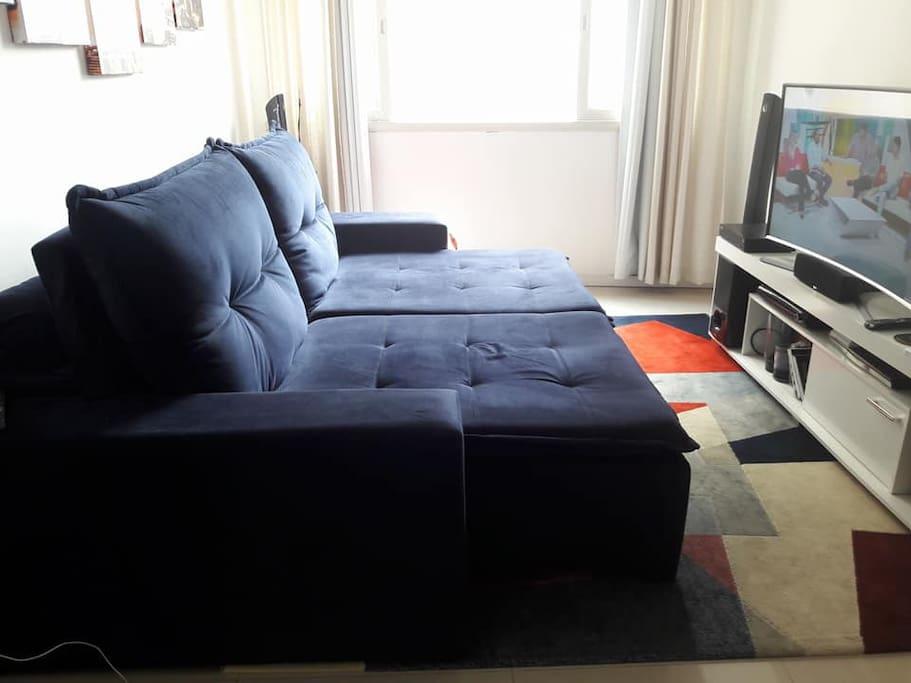 sala com sofá retrátil, fica do tamanho de uma cama de viuvo