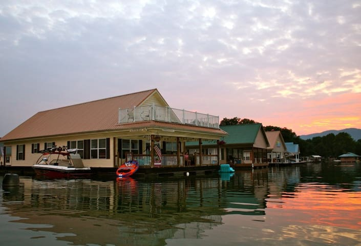 Norris Lake Floating Home - The Floating Star