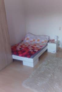 Zimmer In 3en WG, mit Balkon und Schwimmbad - Freiburg - Apartament