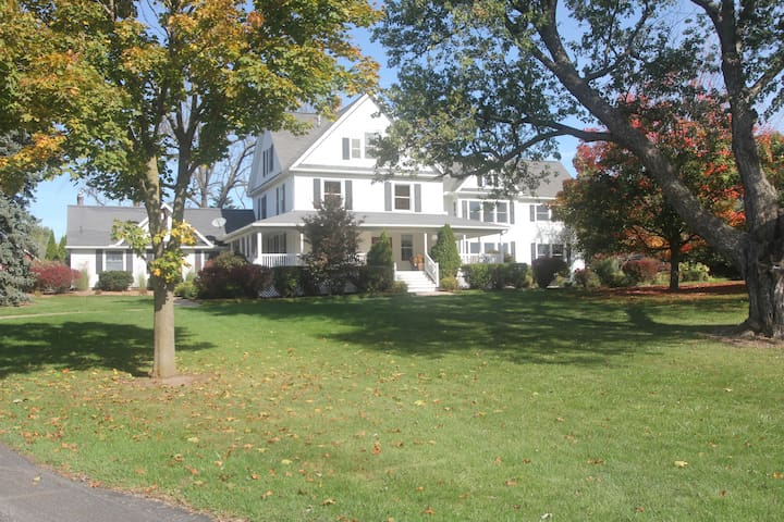 Country Living with Downtown Nearby - Ann Arbor - Huis
