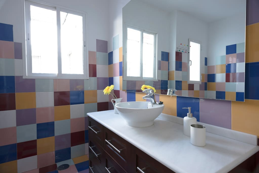 Amplio cuarto de baño con bañera.