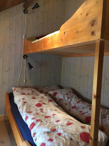 Soverom med plass til 5 personer. Nederste seng på den ene køyesenga er dobbel.