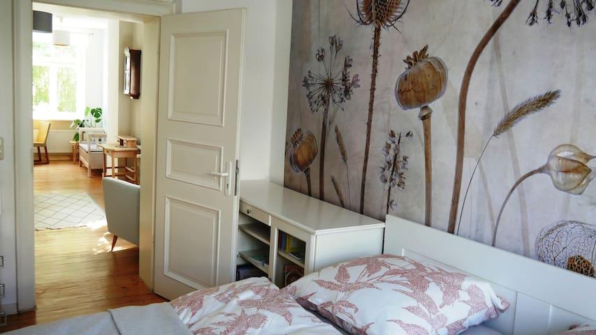 Blick vom Schlafzimmer in Wohnzimmer und Küche