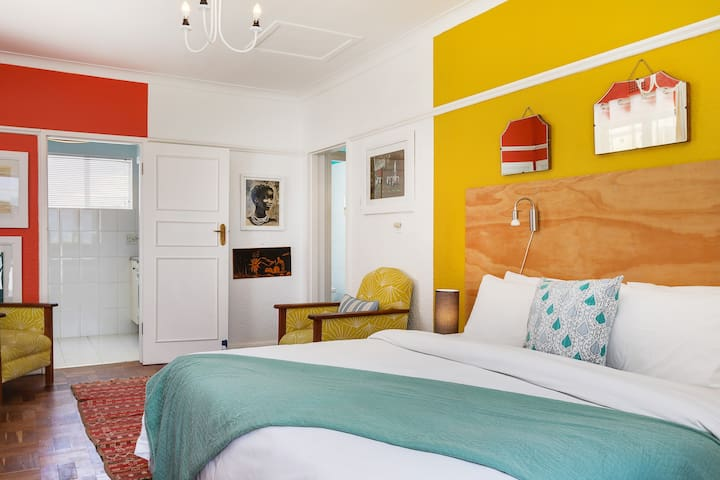Retro Campsbay Apartment on the beach